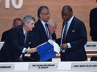 Fussball International Ausserordentlicher FIFA Kongress 2016 im Hallenstadion in Zuerich 26.02.2016 FIFA Vizepraesident  und AFC Presedent Scheich Salman Bin Ibrahim al Khalifa (Mitte, Bahrain) mit FIFA Interimspraesident Issa Hayatou (re, Kamerun und CAF Praesident) und Vizepraesident Angel Maria VILLAR LLONA (li, Spanien, FIFA-Exekutivkomitee)