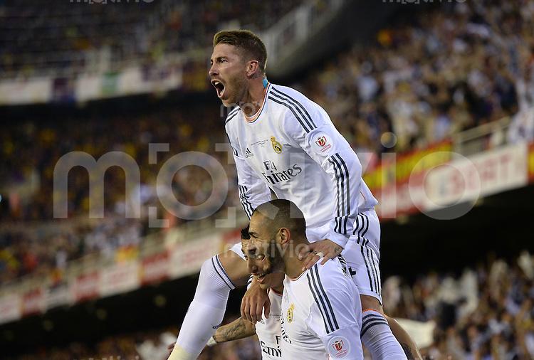 FUSSBALL  INTERNATIONAL Copa del Rey FINALE  2013/2014    FC Barcelona - Real Madrid            16.04.2014 JUBEL Real Madrid; Sergio Ramos auf den Schultern von Torschuetze zum 0-1 Angel Di Maria (unten li) und Karim Benzema (unten re)