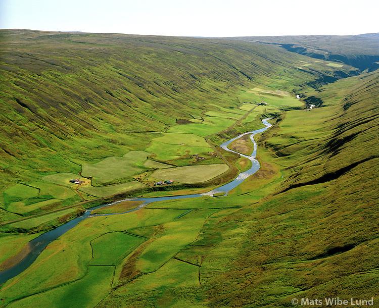 Þórhallstaðir (eyðijörð) t.h., en í bakgrunni  Forsæludalur austan við ánna og Kvisthagi (eyðijörð) vestan við ánna séð til suðurs, Húnavatnshreppur áður Áshreppur