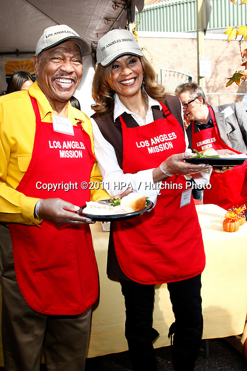 LOS ANGELES - NOV 23:  Billy Davis Jr; Marilyn McCoo at the LA Mission Thanksgiving Meal Service at LA Mission on November 23, 2011 in Los Angeles, CA