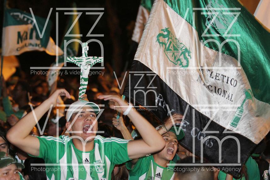 MEDELLIN - COLOMBIA-17-07-2013: Hinchas del Atletico Nacional celebran el titulo ganado durante partido en el estadio Nemesio Camacho El Campin de la ciudad de Bogota, julio 17 de 2013. Atletico Nacional gano por marcador de dos goles a cero en el partido de vuelta por la final de la Liga Postobon I y se corono campeón  (Foto: VizzorImage / Luis Rios / Str.). The fans of Atletico Nacional, celebrate the held title earned during game in the Nemesio Camacho El Campin stadium in Bogota City, July 17, 2013. Atletico Nacional won by a score of two goals to nil in the second leg of the final of the Postobon League I and was crowned champion. (Photo: VizzorImage / Luis Rios / Str.).