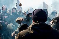 Roma 12  Dicembre 2013<br /> Gli studenti dell 'Universit&agrave; La Sapienza hanno protestato davanti al rettorato , in occasione del convegno sulla green economy, cui prendevano parte numerosi ministri del governo Letta. Dopo il lancio di fumogeni e bombe carta la polizia  a caricato i studenti. Un agente di polizia in borghese tenta di fermare il corteo  viene colpito da un uovo<br /> Rome December 12, 2013<br /> Students of the La Sapienza University have protested in front of the rectory, on the occasion of the conference on green economy, which took part in a number of government ministers Letta. After throwing paper bombs and smoke bombs,  the police charged the students.
