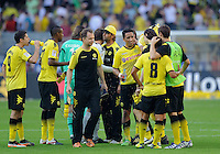 Fussball Bundesliga Saison 2011/2012 8. Spieltag Borussia Dortmund - FC Augsburg Zufriedene Dortmunder nach Spielende, v.l.: Robert LEWANDOWSKI (BVB), Felipe SANTANA (BVB), Simon JENTZSCH (Augsburg), Roman WEIDENFELLER (BVB), Trainer Juergen KLOPP (BVB), Lucas BARRIOS (BVB), Neven SUBOTIC (BVB), Antonio DA SILVA (BVB), Sebastian KEHL (BVB).