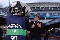 FUSSBALL  CHAMPIONS LEAGUE  FINALE  SAISON 2012/2013  24.05.2013 Borussia Dortmund - FC Bayern Muenchen ZDF Kommentator Bela Rethy vor dem Wembley Satdion