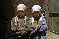 Turchia Kurdistan turco Dogubayazit due bambine davanti alla scuola coranica, con in mano quaderni