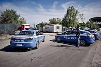 Roma 30 Maggio 2015<br /> La polizia presidia il campo rom della Monachina dove abitano i due rom che sono  latitanti, che il 27 Maggio con l'auto hanno  travolto nove persone, uccidendo sul colpo la filippina di 44 anni, Corazon Perez Abordo.<br /> Rome May 30, 2015<br /> Police patrolling the Roma camp of Monachina, inhabited by the two Roma who are  fugitives, that on May 27 with the cars  struck nine people in via Battistini, instantly killing 44-year-old Filipino Corazon Abordo Perez.
