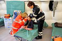Roma 28 Febbraio 2009.Prima campagna di vaccinazione della Croce Rossa Italiana riguardante i bambini del campo nomadi Casilino 900, uno dei più grandi della Capitale.. Medico della Croce Rossa Italiana visita una bambina rom
