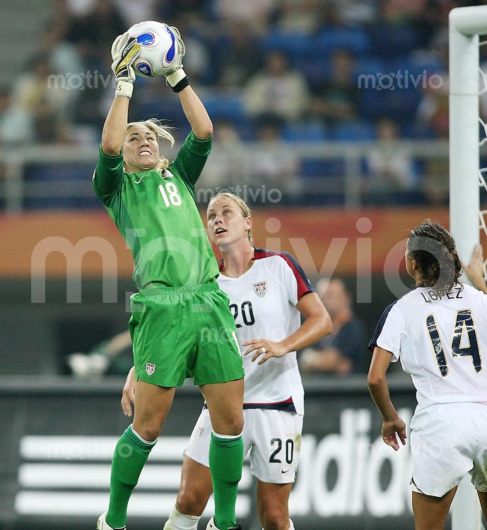 Fussball International Frauen WM China 2007 - Vietelfinale USA - England USA-Torhueterin Hope Solo (li) mit Ball,