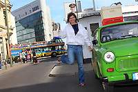 Erica Mayr, jeune femme de 37 ans pose avec une Trabant, une ruche et un enfumoir devant Check point Charlie. Cette jeune femme a fait un buzz médiatique en 2010 quand elle a posé ses premières ruches sur les toits d'un hangar à Berlin. Apicultrice depuis seulement 3 ans, Erica est propriétaire d'un bar branché dans le quartier de Kreuzberg. Aujourd'hui, Erica est heureuse car les abeilles et l'apiculture s'harmonise avec son métier et sa formation universitaire de paysagiste et d'horticulture./// Erica Mayr, 37 years old, posing with a Trabant, a hive and a smoker in front of Checkpoint Charlie. This young woman got the media buzzing when she placed her first hives on the roof of a warehouse in Berlin. Beekeeper since only 3 years ago, Erica is the owner of a trendy bar in the Kreuzberg neighborhood. Today, Erica is happy, because the bees and beekeeping are in line with her profession and university education as a landscaper and horticulturist.