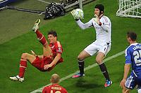 FUSSBALL   SAISON 2011/2012   CHAMPIONS LEAGUE FINALE FC Bayern Muenchen - FC Chelsea  19.05.2012 Bastian Schweinsteiger (li, FC Bayern Muenchen) gegen Torwart Petr Cech (re, FC Chelsea)