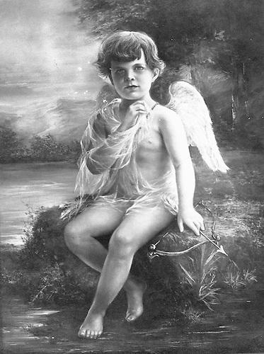 El Cupido de Abelardo  que atrajo la atención de Delia  para la  comedia que se filmaría Palau con el nombre Las Emboscadas de Cupido. Fotografía Col. Ylonka Nacidit-Perdomo