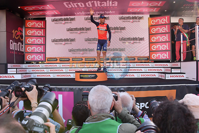 Local man Vincenzo Nibali (ITA) Bahrain-Merida on the podium at the end of Stage 5 of the 100th edition of the Giro d'Italia 2017, running 159km from Pedara to Messina, Sicily, Italy. 10th May 2017.<br /> Picture: LaPresse/Gian Mattia D'Alberto | Cyclefile<br /> <br /> <br /> All photos usage must carry mandatory copyright credit (&copy; Cyclefile | LaPresse/Gian Mattia D'Alberto)