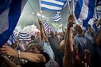 Elezioni in Grecia. Atene, manifestazione conclusiva di Nea Democratia in Piazza Sintagma 15 giugno 2012. Manifestanti con le bandiere.