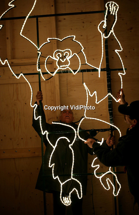 Foto: VidiPhoto..ARNHEM - Medewerkers van Burgers' Zoo in Arnhem leggen donderdag de laatste hand aan één van de tientallen lichtornamenten, die vanaf maandag het dierenpark sieren. De verlichte dierfiguren met honderdduizenden lampjes worden eerst met de hand gecontroleerd voordat ze worden geplaatst als onderdeel van de Winterse Avond(t)uren; speciale avonden in winterse sfeer die plaatsvinden van 27 tot en met 30 december 2008 en van 2 tot en met 4 januari 2009.