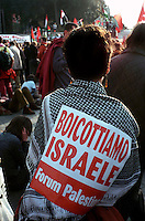 Roma  2004 .Manifestazione per la Palestina.Una donna con la kefia con un cartello dove è scritto: Boicottiamo  Israele..Rome 2004.Demonstration for Palestine.A woman with kafeeyah. The cartel reads: ..boycott Israel