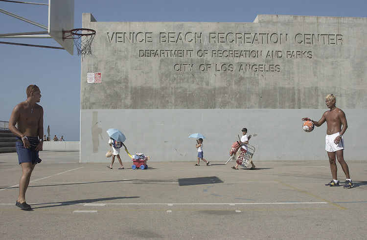 DNCconvention1(TW)081700 -- Basketball players play off the Venice Beach promenade.