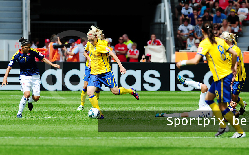 Fifa Women's World Cup Germany 2011 : Colombia - Sweden at Bayarena Leverkusen : Lisa Dahlkvist aan de bal voor Catalina Usme..foto DAVID CATRY / Vrouwenteam.be
