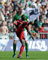 FUSSBALL   1. BUNDESLIGA   SAISON 2011/2012    3. SPIELTAG SV Werder Bremen - SC Freiburg                             20.08.2011 Papiss CISSE (Freiburg) vor Per MERTESACKER (hinten, Bremen)