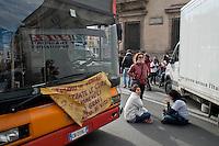 Roma  25 Novembre 2013<br /> Staminali, la protesta dei malati.<br />  Il movimento di sostegno al trattamento con cellule staminali pro-Stamina manifesta  nel centro di Roma. Gli attivisti della associazione 'Civico 117A' hanno invaso Via del Tritone e Via del Corso, vicino al Palazzo Chigi, bloccando il traffico. Il blocco a Via del Corso<br /> Roma, Italy. 25th November 2013 -- The pro-Stamina stem cell treatment support movement demonstrates in the center of Rome. Activists of the 'Civic 117A' association have invaded Via del Tritone and Via del Corso, near the Chigi Palace, blocking traffic.