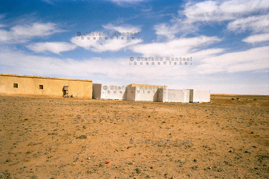 Rabuni Febbraio 2012.Il muro di container  messo dopo il rapimento Rossella Urru assieme ad altri due volontari .spagnoli dai terroristi di Al-Qaeda per difendere gli alloggi dei cooperanti .nel campo profughi saharawi di Rabuni a Tindouf.