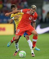FUSSBALL  INTERNATIONAL  Testspiel Schweiz - Brasilien    14.08.2013 Valon BEHRAMI (vorn, Schweiz) gegen NEYMAR (Brasilien)