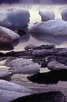 ISLANDA fiordo alle basi del ghiacciaio Vatnajokull, situato nell'Islanda sudorientale è il più grande d'Europa per volume e il secondo per estensione. Nell'immagine: pezzi di ghiaccio galleggiano sull'acqua.