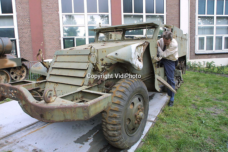 Foto: VidiPhoto..ARNHEM - Bij het Arnhems Oorlogsmuseum is donderdagmiddag een nieuwe aanwinst geplaatst. Het gaat om een zogenaamde Halftrack uit de Tweede Wereldoorlog. Het voertuig is een kruising tussen een vrachtwagen en een tank met normale wielen aan de voorkant en aangedreven rupsbanden aan de achterkant. De komende weken zal het sterk verwaarloosde voertuig worden opgeknapt. Het oorlogsmuseum kwam vorig jaar in het nieuws omdat een buurvrouw protesteerde tegen het feit dat de loop van een tank op haar huis gericht was.