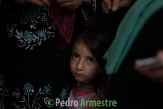15 septiembre 2015. Ceti-Melilla <br /> Fatima tiene 6 a&ntilde;os y vive junto a su hermano Rachid y su madre Sheila en en el Centro de Estancia Temporal de Inmigrantes (Ceti). El padre de los ni&ntilde;os est&aacute; en Nador y no tiene dinero para cruzar la frontera y reunirse con su familia. La ONG Save the Children exige al Gobierno espa&ntilde;ol que tome un papel activo en la crisis de refugiados y facilite el acceso de estas familias a trav&eacute;s de la expedici&oacute;n de visados humanitarios en el consulado espa&ntilde;ol de Nador. Save the Children ha comprobado adem&aacute;s c&oacute;mo muchas de estas familias se han visto forzadas a separarse porque, en el momento del cierre de la frontera, unos miembros se han quedado en un lado o en el otro. Para poder cruzar el control, las mafias se aprovechan de la desesperaci&oacute;n de los sirios y les ofrecen pasaportes marroqu&iacute;es al precio de 1.000 euros. Diversas familias han explicado a Save the Children c&oacute;mo est&aacute;n endeudadas y han tenido que elegir qui&eacute;n pasa primero de sus miembros a Melilla, dejando a otros en Nador. &copy; Save the Children Handout/PEDRO ARMESTRE - No ventas -No Archivos - Uso editorial solamente - Uso libre solamente para 14 d&iacute;as despu&eacute;s de liberaci&oacute;n. Foto proporcionada por SAVE THE CHILDREN, uso solamente para ilustrar noticias o comentarios sobre los hechos o eventos representados en esta imagen.<br /> Save the Children Handout/ PEDRO ARMESTRE - No sales - No Archives - Editorial Use Only - Free use only for 14 days after release. Photo provided by SAVE THE CHILDREN, distributed handout photo to be used only to illustrate news reporting or commentary on the facts or events depicted in this image.