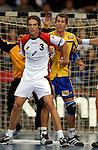 Handball Maenner Laenderspiel, Nationalmannschaft Deutschland - Schweden (31:31) Preussag Arena Hannover (Germany) vorne Frank von Behren (GER) gegen hinten Magnus Wislander (SWE)
