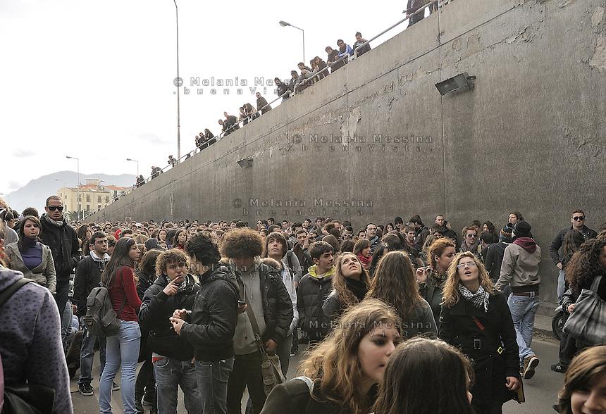Palermo, students protest again against government reform of public university, while in parliament there was a tense session to vote confidence to Berlusconi goverment.<br /> Palermo gli studenti scendono ancora in piazza contro la riforma dell'universit&agrave; nel giorno in cui alle camere si vota la fiducia al governo Berlusconi.