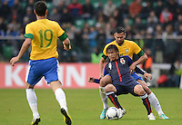 FUSSBALL   INTERNATIONAL   Testspiel    Japan - Brasilien          16.10.2012 Takashi INUI (vorn, Japan) gegen LEANDRO CASTAN (Brasilien)