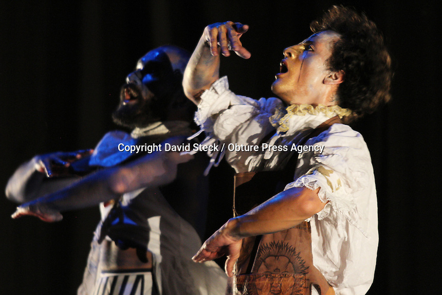 Quer&eacute;taro, Qro. 19 mayo 2014.- Detalles de la presentaci&oacute;n de &quot;Super Tejido Limbo&quot;, obra del grupo colombiano &quot;Maldita Danza&quot; en el marco del octavo encuentro &quot;No Estacionarse, Danza en Movimiento&quot;, este lunes en el Museo de la Ciudad.<br /> <br /> Foto: David Steck / Obture Press Agency