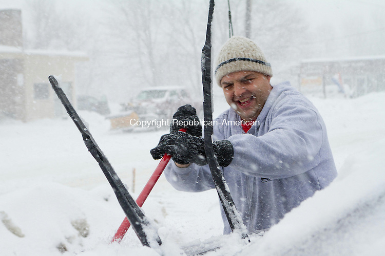 WATERTOWN, CT 13 February 2014-021314LW02 - Angelo Pelosi, owner of Chubba's bagel shop on Main Street in Watertown, sweeps off his car before closing early Thursday afternoon.<br /> Laraine Weschler Republican-American