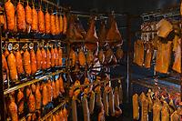 Europe/France/Franche-Comt&eacute;/25/Doubs/Labergement-Sainte-Marie: Boucherie Paillard - Les salaisons dans le tuy&eacute; , salaisons de jambon, lard, saucisses de Morteau mises a fumer et secher dans le tuy&eacute;,// France, Doubs, Labergement Sainte Marie, butcher Paillard cured ham, bacon, sausage Morteau put a smoking and drying in the tuye, large traditional fireplace,<br /> Auto N&deg;: 2013-111a