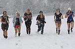 Foto: VidiPhoto<br /> <br /> MITTERSILL &ndash; Sneeuwpret in Mittersill maandag, aan de voet van de Kitzb&uuml;heler Alpen. Zes Nederlandse meiden uit de provincie Utrecht, op wintersportvakantie in Tirol, kunnen hun geluk niet op en genieten van de kersverse sneeuw die met dikke bakken uit de hemel valt. Na een maand van hoge temperaturen en een fors sneeuwtekort, wordt de schade in snel tempo ingehaald. In de nacht van zaterdag op zondag viel de eerste 10-15 cm. Maandag wordt zo&rsquo;n 20 cm. verwacht en ook de rest van de week worden sneeuwbuien, afgewisseld met zon, voorspeld. Topweer voor wintersporters. Voor de meidengroep komt het precies op tijd. Vrijwel alle pistes in het gebied zijn vanaf dinsdag open. Dit seizoen gaan ongeveer 1 miljoen Nederlanders  op wintersport. De meeste vertrekken in de krokusvakantie. V.l.n.r. Eveline de Roover (30), Gerieke Hendriksen (24), Rhod&eacute; Otte (22), Leanne Stark (22), Henriette de Kleuver (27), Marieke de Jong (24).