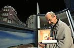 Foto: VidiPhoto<br /> <br /> ARNHEM - Bezoekers van het Nederlands Openluchtmuseum in Arnhem krijgen donderdag een kijkje achter de schermen van de wereldberoemde HollandRama. De (nog steeds) wereldprimeur is dit weekend voor het laatst open. Daarna wordt het ontmanteld om plaats te maken voor de Canon van Nederland. HollandRama werd in 2000 geopend en is een multimediale presentatie van de Nederlandse geschiedenis, met landschappen en stadsgezichten. In de afgelopen bijna vijftien jaar hebben zo'n 1,5 miljoen museumbezoekers in de unieke attractie plaatsgenomen. Veel werknemers van het museum nemen deze week afscheid van HollandRama. Zondag wordt de laatste voorstelling gegeven. Bezoekers krijgen tot en met vrijdag tijd gelegenheid om een kijkje achter de schermen te nemen en alle diorama's vanuit de 'tijdcapsule' tegelijk te bekijken en te fotograferen. Daarna zijn er tot en met zondag alleen nog maar reguliere voorstellingen. De historische onderdelen van HollandRama zullen in de collectie worden opgenomen of in depot geplaatst. Het eivormige gebouw zal worden ontmanteld door aannemingsbedrijf Chris Liet uit Rheden. Uitvoerder Bennie Kock (foto) kwam donderdag alvast een kijkje nemen.