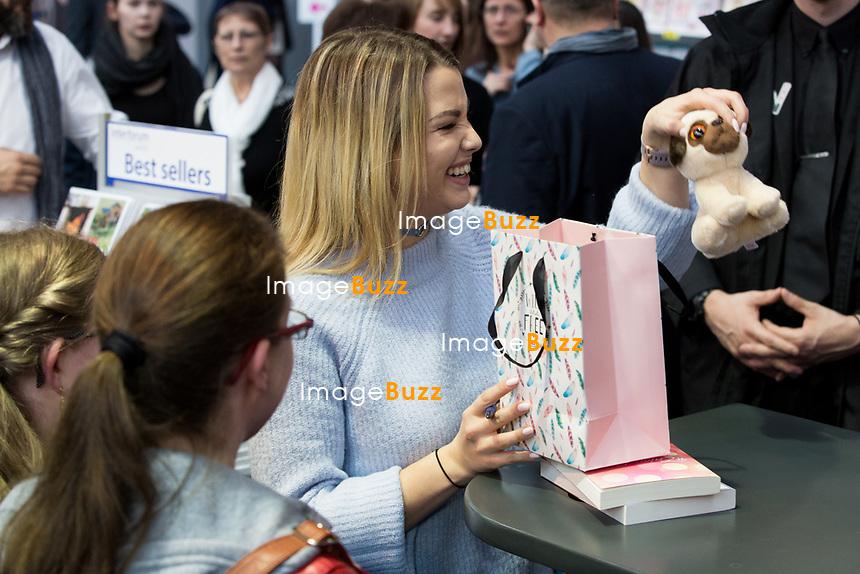 """EXCLUSIF :  EnjoyPhoenix (Marie Lopez) dédicace son livre """"Carnet de routes """" à la foire du livre de Bruxelles, Belgique, le 10 mars 2017. Elle est accompagnée de son nouveau compagnon (qu'elle a dévoilé sur snapchat avec un tweet: """"La team snap sait tout maintenant"""".)"""