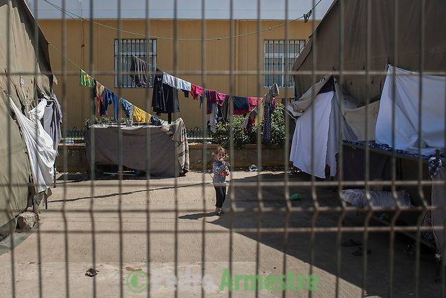 12 septiembre 2015. Melilla.<br /> En el Centro de Estancia Temporal (Ceti) de Melilla hay 480 plazas pero est&aacute; sobresaturado por la presencia de 1.700 personas, en su mayor&iacute;a sirios. Unos 500 ni&ntilde;os permanecen en este centro acompa&ntilde;ados por sus familias. La ONG Save the Children exige al Gobierno espa&ntilde;ol que tome un papel activo en la crisis de refugiados y facilite el acceso de estas familias a trav&eacute;s de la expedici&oacute;n de visados humanitarios en el consulado espa&ntilde;ol de Nador. Save the Children ha comprobado adem&aacute;s c&oacute;mo muchas de estas familias se han visto forzadas a separarse porque, en el momento del cierre de la frontera, unos miembros se han quedado en un lado o en el otro. Para poder cruzar el control, las mafias se aprovechan de la desesperaci&oacute;n de los sirios y les ofrecen pasaportes marroqu&iacute;es al precio de 1.000 euros. Diversas familias han explicado a Save the Children c&oacute;mo est&aacute;n endeudadas y han tenido que elegir qui&eacute;n pasa primero de sus miembros a Melilla, dejando a otros en Nador.<br /> &copy; Save the Children Handout/PEDRO ARMESTRE - No ventas -No Archivos - Uso editorial solamente - Uso libre solamente para 14 d&iacute;as despu&eacute;s de liberaci&oacute;n. Foto proporcionada por SAVE THE CHILDREN, uso solamente para ilustrar noticias o comentarios sobre los hechos o eventos representados en esta imagen.<br /> Save the Children Handout/ PEDRO ARMESTRE - No sales - No Archives - Editorial Use Only - Free use only for 14 days after release. Photo provided by SAVE THE CHILDREN, distributed handout photo to be used only to illustrate news reporting or commentary on the facts or events depicted in this image.