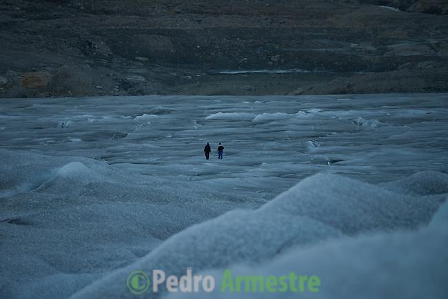 Dos inuits caminan por el casquete Polar Ártico. La expedición de Greenpeace en el Artico muestra las evidencias del cambio climatico en las proximidades del casquete Polar artico, en Groenlandia. Alejandro Sanz acompaña a la expedición. 20 Julio 2013. © Pedro ARMESTRE
