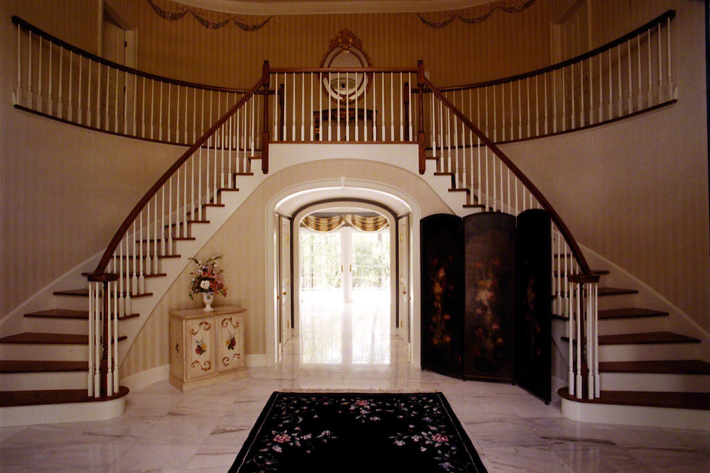 Elegant foyer with grand staircase edgonline for Elegant foyer ideas
