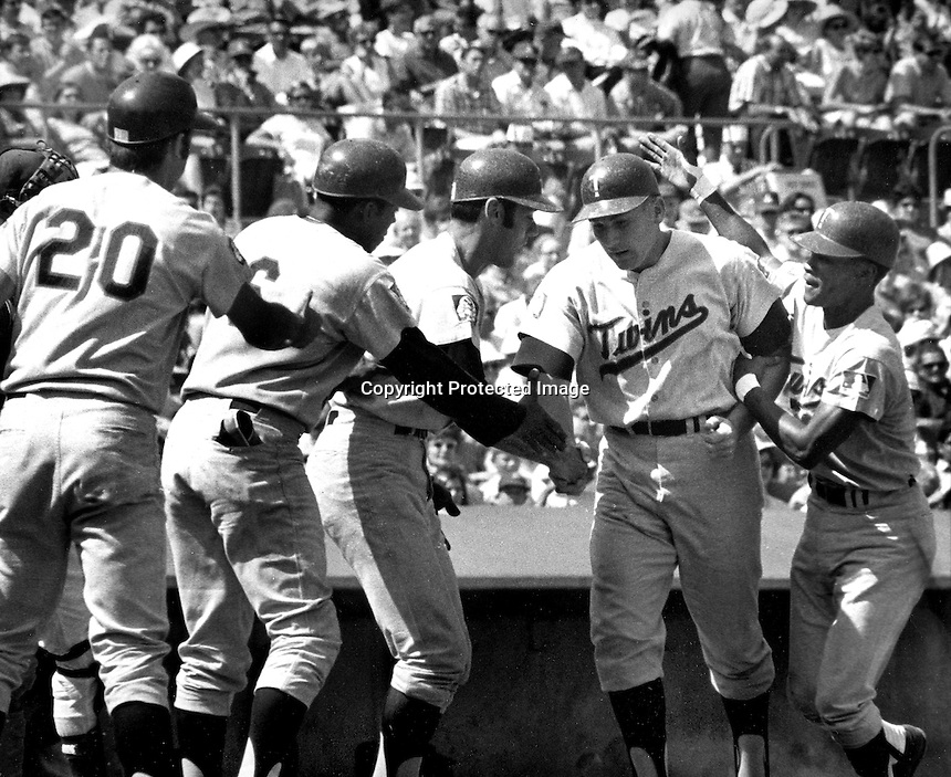 KILLEBREW GRAND SLAM:Harmon Killebrew is greeted<br />