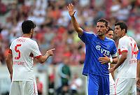 Fussball Europa League Play Offs:  Saison   2012/2013     VfB Stuttgart - Dynamo Moskau  22.08.2012 Serdar Tasci (li, VfB Stuttgart) mit Kevin Kuranyi (Mitte, Dynamo Moskau) und Francisco Rodriguez (VfB Stuttgart)