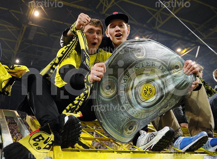 FUSSBALL   1. BUNDESLIGA   SAISON 2010/2010   12. SPIELTAG Borussia Dortmund - Hamburger SV                          12.11.2010 Zwei Fans von Borussia Dortmund feiern nach dem Abpfiff mit einer Kopie der Meisterschale