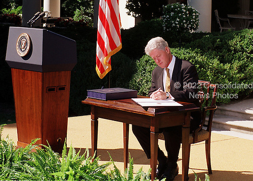 """United States President Bill Clinton vetos the Republican's 792 billion dollar tax cut on September 23, 1999.  He called on Congress to approve """"tax relief we can afford"""" by the end of the year.  Clinton rejected the tax bill because it would """"turn us back to the failed policies of the past"""".  He also said he wanted to work with GOP leaders on an alternative plan """"that reflects the priorities of both parties and the values of the American people""""..Credit: Ron Sachs / CNP"""