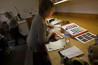Impiegata seleziona i colori per i differenti tartan Bute tartan mills