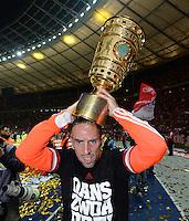 FUSSBALL       DFB POKAL FINALE        SAISON 2012/2013 FC Bayern Muenchen - VfB Stuttgart    01.06.2013 Bayern Muenchen ist Pokalsieger 2013: Franck Ribery (FC Bayern Muenchen) mit dem Pokal