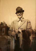 Foto av Carl Schulz, grunnlegger og første leder av Trondhjems Turistforening, bilde henger på hytta. Schulzhytta.