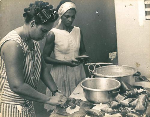 Los tradicionales pasteles en hojas, vinieron con los aires de diciembre al inicio de la segunda etapa de la campaña de alfabetización de 1971. © Apeco.