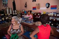 L'Avana  interno di un negozio , signora che ride