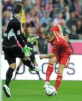 FUSSBALL   1. BUNDESLIGA  SAISON 2011/2012   27. Spieltag FC Bayern Muenchen - Hannover 96       24.03.2012 Torwart Ron Robert Zieler (li, Hannover 96) gegen Ivica Olic (FC Bayern Muenchen)